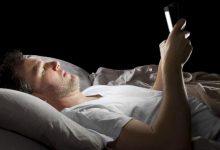 dormir smartphone cama